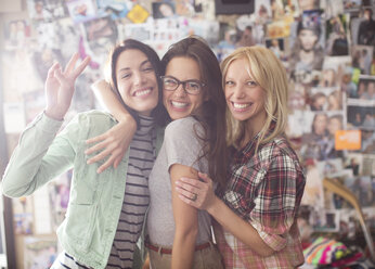 Smiling women posing together - CAIF01524
