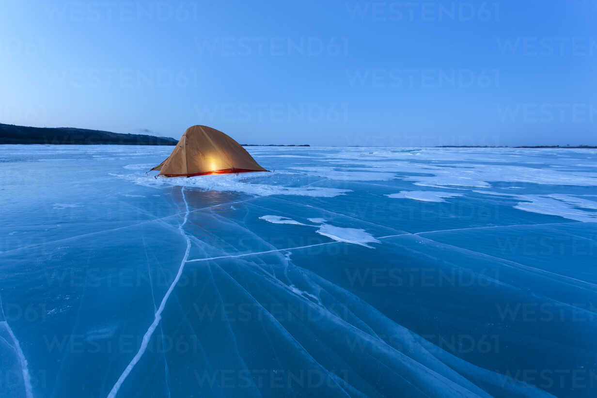 Russia, Amur Oblast, illuminated tent on frozen Zeya River at blue hour - VPIF00375 - Vasily Pindyurin/Westend61