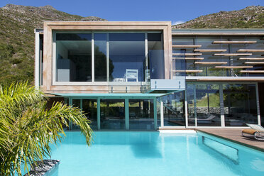 Modern house and swimming pool - CAIF04419