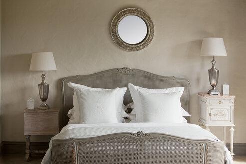 Elegant bedroom - CAIF04437