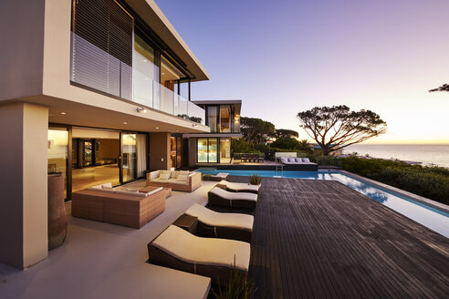 Modern luxury home showcase exterior with swimming pool and ocean view - HOXF00483