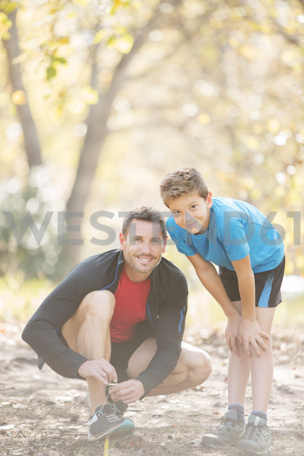 Portrait father and son preparing for hike in woods - HOXF00606 - Tom Merton/Westend61
