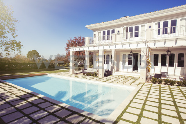 Swimming pool outside luxury house - HOXF00762 - Tom Merton/Westend61