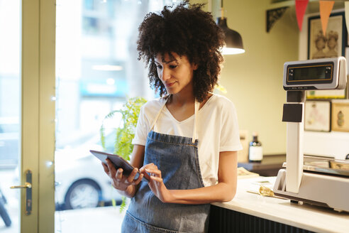 Woman using tablet in a store - EBSF02217
