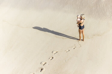 Indonesia, Bali, mother and daughter at beach - KNTF01053