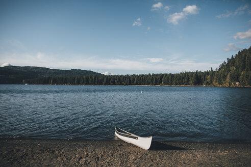 Canada, British Columbia, Cultus Lake, kanu at lakeshore - GUSF00304