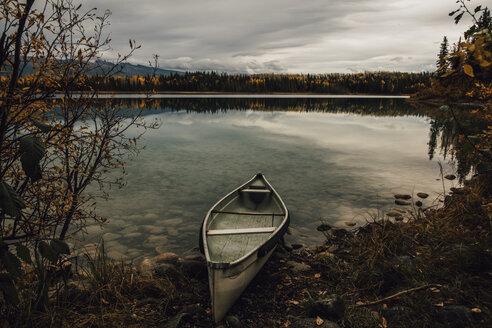 Canada, British Columbia, Boya Lake, Boya Lake Provincial Park, kanu at lakeshore - GUSF00319