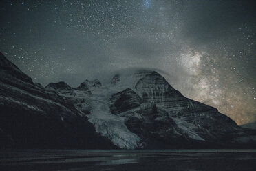 Canada, British Columbia, Rocky Mountains, Mount Robson Provincial Park, Fraser-Fort George H, Berg Lake, Berg Glacier, Mist Glacier at night - GUSF00349