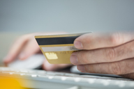 Man making online payment with credit card, close-up - ZEF15112