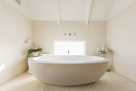 Round modern white luxury soaking bathtub - HOXF01358