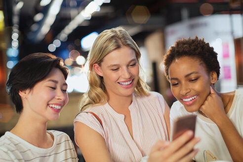 Smiling young women taking selfie - HOXF01634