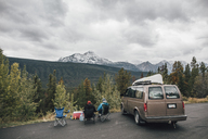 Canada, Alberta, Banff National Park, friends with minivan resting at Icefields Parkway - GUSF00424