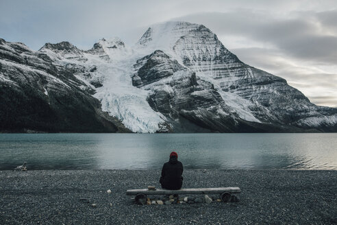 Canada, British Columbia, Mount Robson Provincial Park, man sitting at Berg Lake - GUSF00436