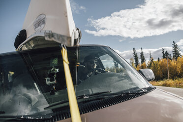 Canada, British Columbia, man with canoe on roof of minivan - GUSF00442