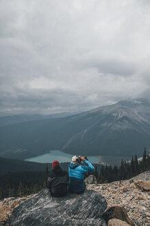 Canada, British Columbia, Yoho National Park, hikers at Mount Burgess looking at Emerald Lake - GUSF00460