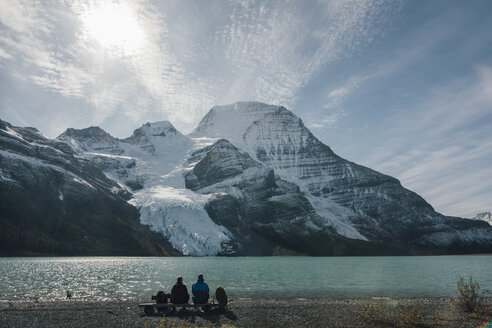 Canada, British Columbia, Mount Robson Provincial Park, two hikers resting at Berg Lake - GUSF00481