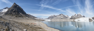 Greenland, Sermersooq, Kulusuk, Schweizerland Alps, tent camp at the shore in mountainscape - ALRF00985