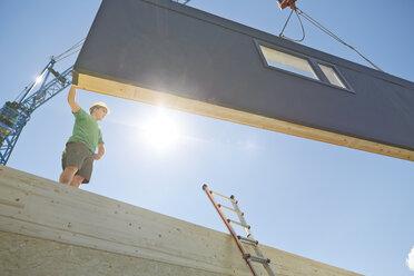 Austria, worker against the sun, positioning exterior wall - CVF00274