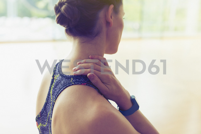 Woman rubbing neck at gym - CAIF11717 - Sam Edwards/Westend61