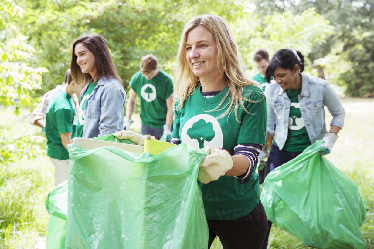 Smiling environmentalist volunteer picking up trash - CAIF11996 - Robert Daly/Westend61