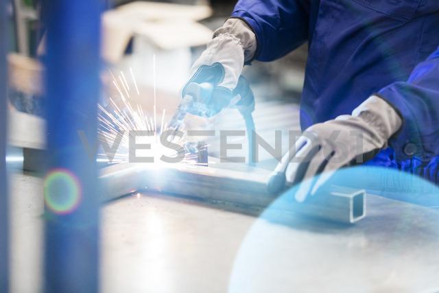 Welder welding steel in factory - CAIF13163 - Agnieszka Olek/Westend61