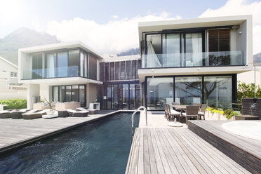 Modern house with large patio and swimming pool - CAIF15522