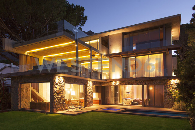 Modern house illuminated at night - CAIF15639 - Astronaut Images/Westend61
