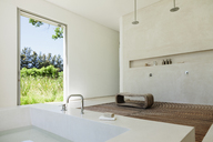 Modern bathroom - CAIF17978