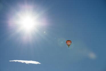 Austria, Salzkammergut, Hot air balloon oin the sun - STCF00392