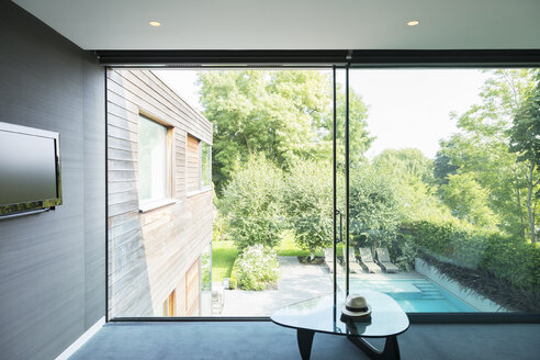 Modern house overlooking swimming pool - CAIF18927