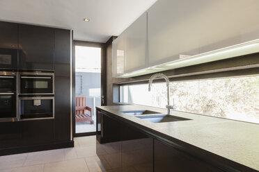 Modern kitchen - CAIF18993