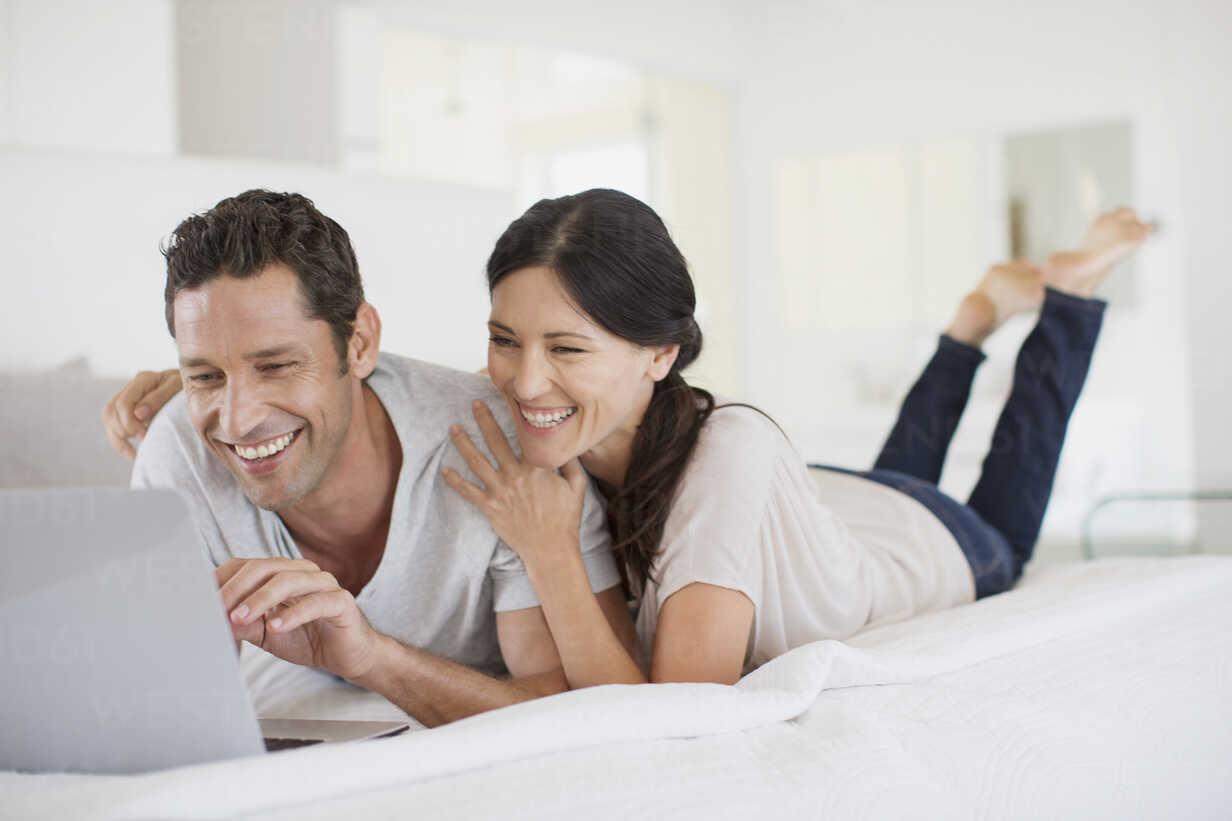 Couple using laptop on bed - CAIF19371 - Paul Bradbury/Westend61