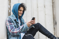 Young man using smartphone - AFVF00348
