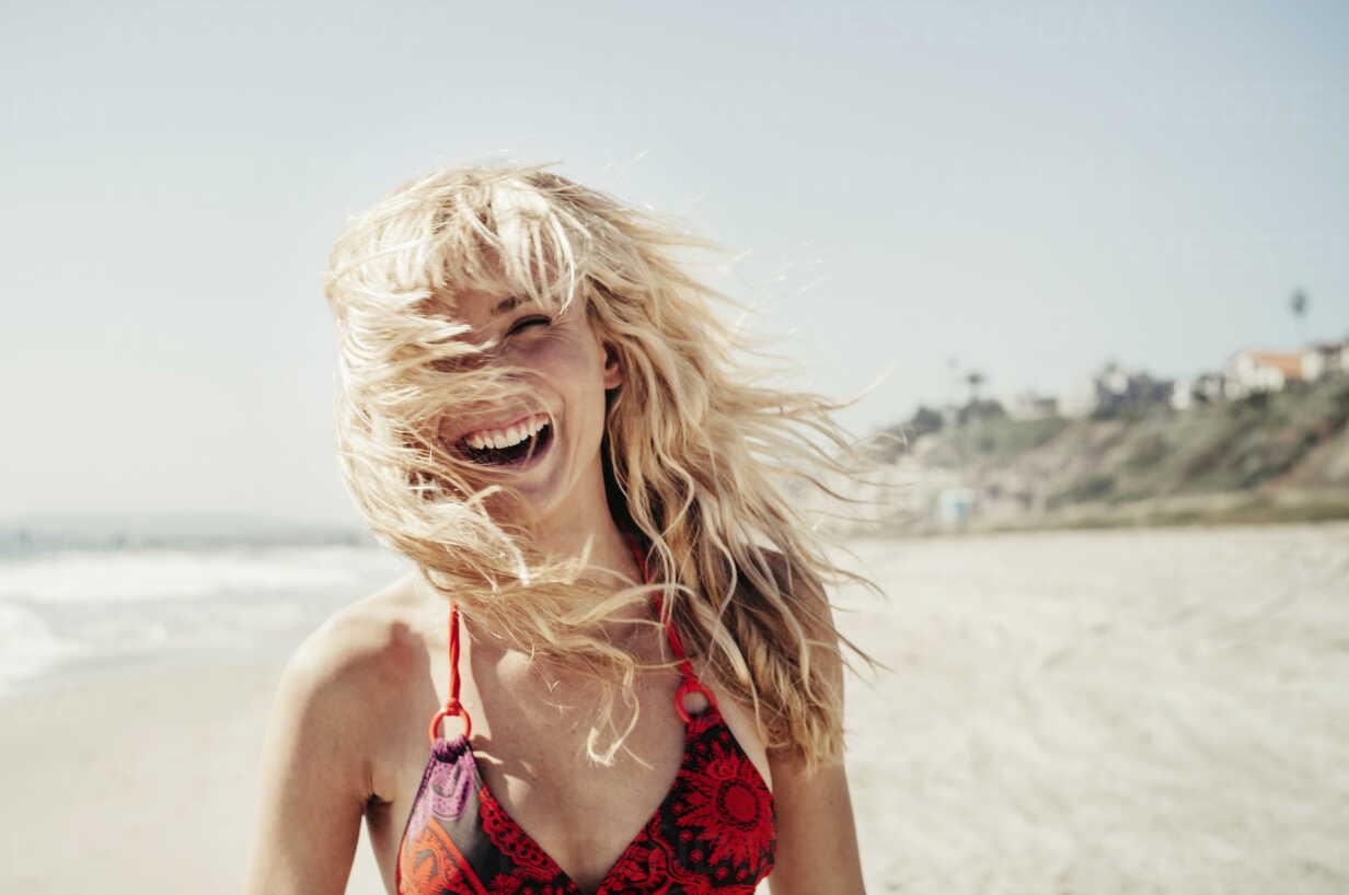 Portrait of cheerful woman on beach - CAVF16752 - Cavan Images/Westend61