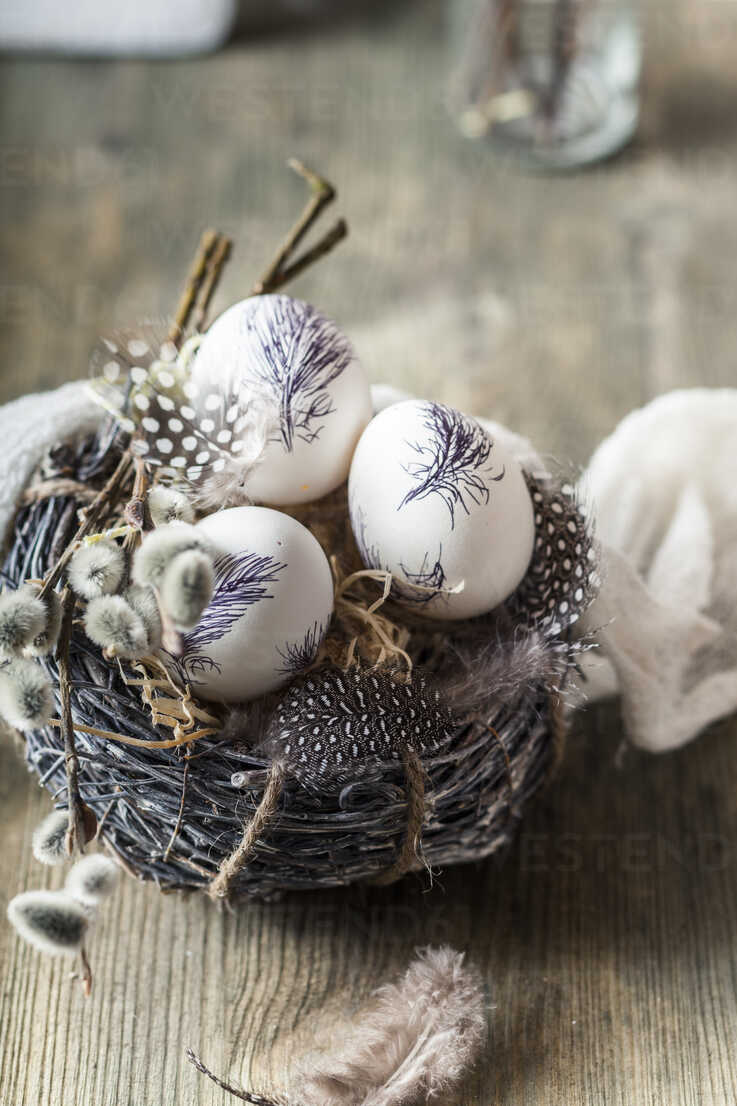 Painted Easter eggs in nest with feathers and pussy willows - SBDF03483 - Susan Brooks-Dammann/Westend61