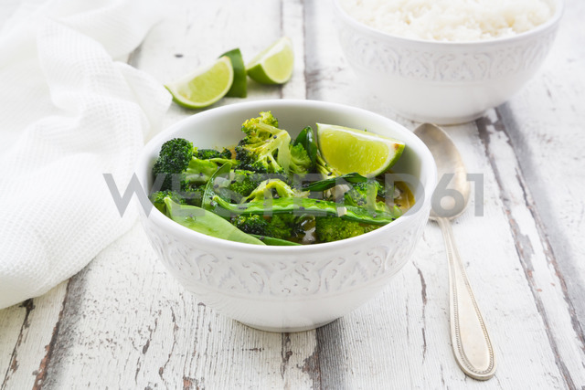 Green thai curry with broccoli, pak choi, snow peas, baby spinach, lime and rice - LVF06815