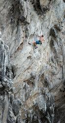 Thailand, Krabi, Lao Liang, climber in rock wall - ALRF01017