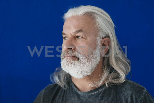 Portrait of bearded mature man looking sideways - MOEF01004