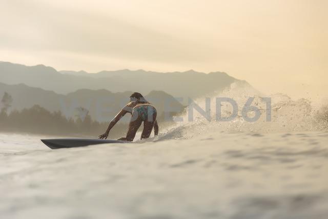 Indonesia, Sumatra, female surfer in the evening light - KNTF01118