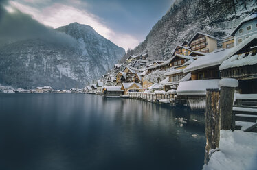 Austria, Salzkammergut, Hallstatt with Lake Hallstatt in winter - STCF00506