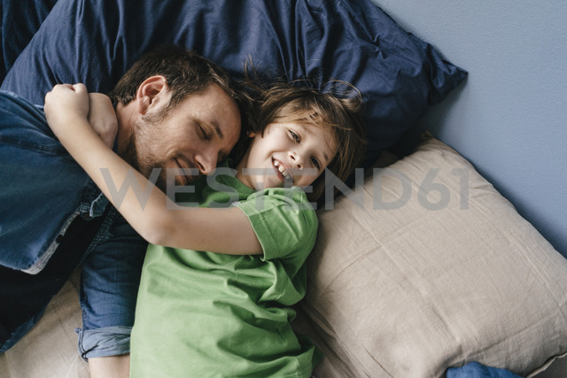Father and son cuddling at home - KNSF03630 - Kniel Synnatzschke/Westend61