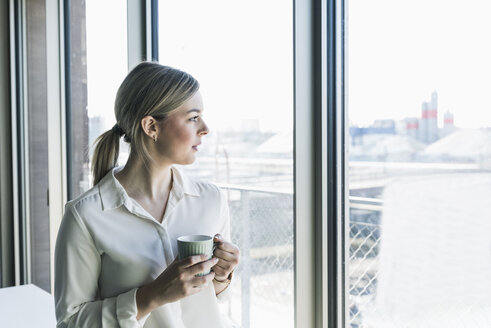 Young businesswoman looking out of window - UUF13104