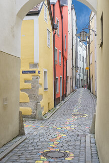 Germany, Passau, view into Hoellgasse in the old town - SHF02014