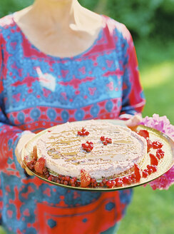 Woman holding tray with cheesecake - FOLF00515