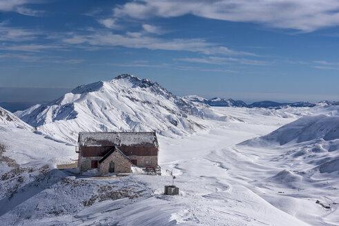 Italy, Abruzzo, Gran Sasso e Monti della Laga, Campo Imperatore and Duca degli Abruzzi mountain hut in winter - LOMF00713