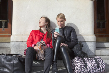 Two women listening to music - FOLF00814
