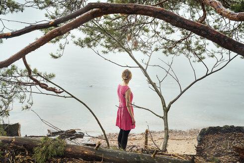 Young woman looking at ocean - FOLF01644