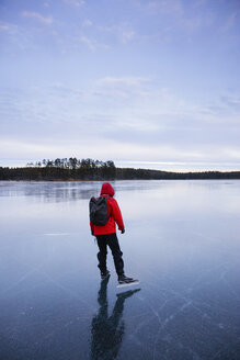 Woman ice skating on frozen lake - FOLF01844