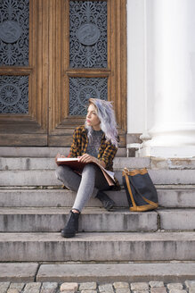 Artist drawing on steps in old town - FOLF03012