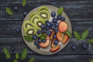 Plate with blueberries and slices of kiwi and nectarine - RTBF01105